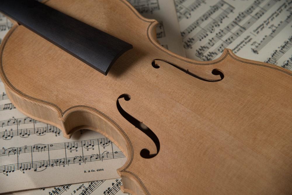 Nahaufnahme einer nahezu fertigen Geige