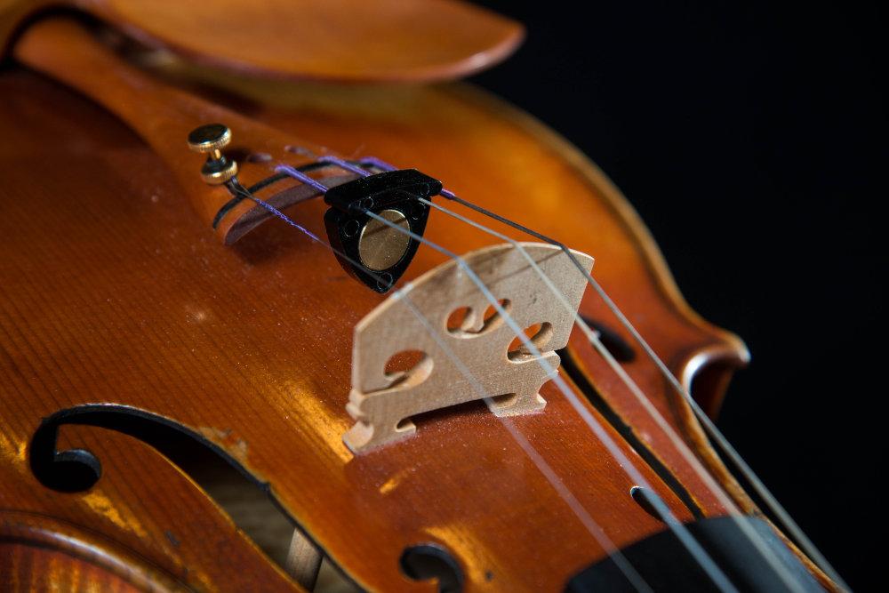 Violine mit Dämpfer und Feinstimmer